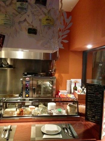 JR恵比寿駅から徒歩6分程の場所にある、チーズ料理専門店。ヨーロッパだけでなく、国産のナチュラルチーズまで、様々な食べ方で楽しめるチーズ三昧の夜を過ごしたい日にオススメのお店です。