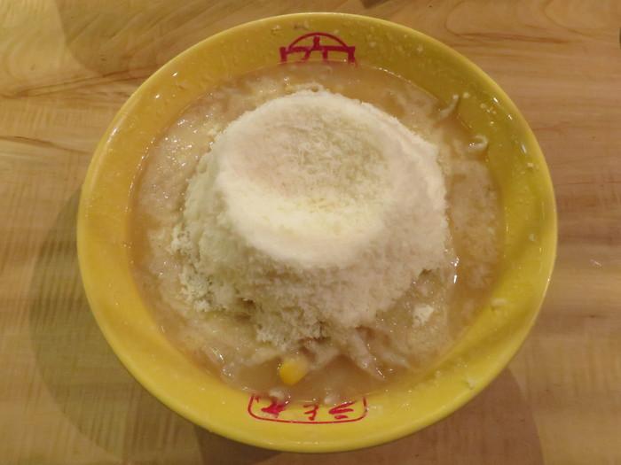 ラーメンにチーズという濃厚すぎる組み合わせが最高なんです。「元祖○究(まるきゅう)チーズラーメン」に使われているチーズのこだわりがすごいんです!北海道十勝産生乳を100%使用し、約6ヶ月熟成させコクのある味わいの「十勝ゴールデンゴーダ」をたっぷりと使用しています。