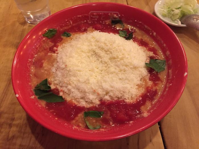 トマトチーズラーメンは女子人気も高そう!見た目もキレイですが、トマトの酸味と甘み、チーズのコクが◎