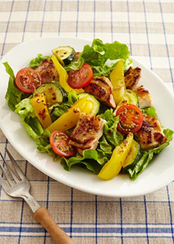 しっかり食べたいサラダにはお肉などのボリュームを加えると満足レシピに。こちらはマスタードでお肉に下味を付けて、さらにマスタードのドレッシングをかけるので、マスタードのボリューム感もばっちり♪