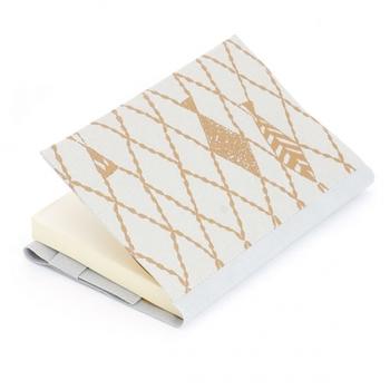 和紙に特殊な技術で漆の柄を印刷したSIWA×minä perhonenのブックカバー。丈夫な和紙と、深みのある漆の組み合わせが素敵です。