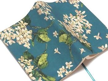大人気のリバティプリントのブックカバーです。大人っぽいブルーグリーンの色合いが、読書時間を特別なものにしてくれそうですね。
