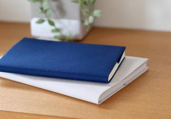 無印良品の「自分で折るブックカバー」は、しっかりした質感の布を自分で折ってブックカバーが作れる商品です。