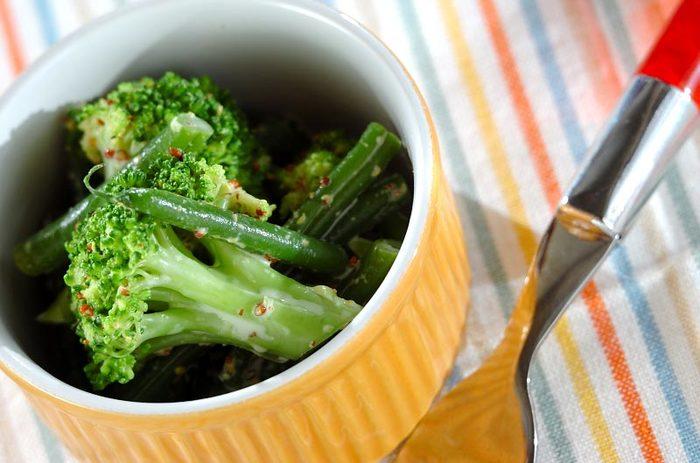 何か一品添えたい時に小鉢は最適ですね。小鉢にもマスタードを活用できますよ。こちらはブロッコリーとサヤインゲンをマスタードとマヨネーズのたれで和えたもの。マスタードのアクセントで食が進みそうです♪
