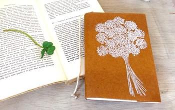 ワックスペーパーのブックカバーです。蝋引きされた紙なので、普通の紙よりも丈夫です。使っているうちにどんどん味が出てきます。