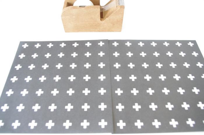 キャンドゥで購入できるモノトーンの折り紙を2枚並べてセロハンテープで貼り、本に合わせて折ると簡単にブックカバーができちゃいます。