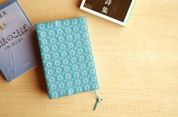あたたかみが感じられる、手織りのブックカバーです。滑りにくいので、手にフィットして持ちやすくなっています。