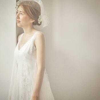 シンプルでありながら、細やかで美しいレースが施されたドレス。 スッとした立ち姿にハッとさせられます。