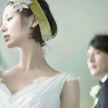 花嫁の素肌の美しさまで表現された写真。 見つめる新郎の眼差しから愛情を感じます。