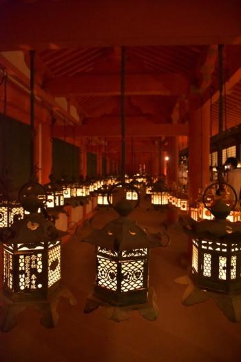 毎年8月14・15日に行われる「中元万燈籠」では、境内の石燈籠約2000基、釣燈籠約1000基の合計約3000基の燈籠すべてに火が灯され、荘厳な雰囲気に包まれます。中には平安末期から残されている石燈籠もあるなど、悠久の歴史を感じさせてくれる灯火です。