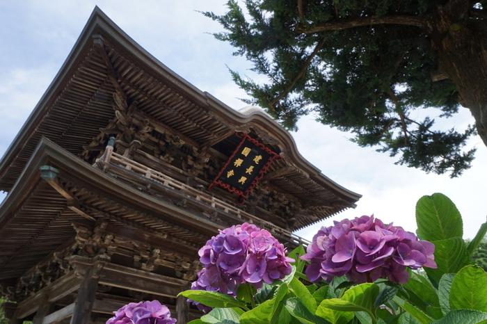 北鎌倉駅から徒歩20分、鎌倉駅から徒歩30分にある 鎌倉五山第1位「建長寺」。 1253(建長5)年、北条時頼が、宗の高僧・蘭渓道隆を招いて建立した日本初の禅寺で、臨済宗・建長寺派の大本山です。創建当時は中国の禅宗様式の伽藍配置になった大陸的な荘厳なものでしたが、その後火災により焼失し江戸時代に再建。 1775年に再建され高さ約30mの巨大な三門は、複雑に木を組み合わせ繊細でありながらも荘厳な雰囲気を今に伝えています。