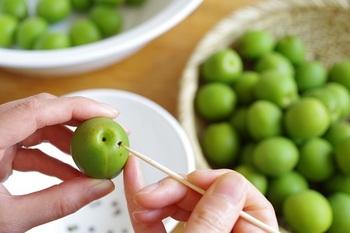 梅シロップには、通常「青梅」を使います。竹串でヘタを取ってきれいに洗ったら、よく水気を拭き取り、完全に乾かしましょう。