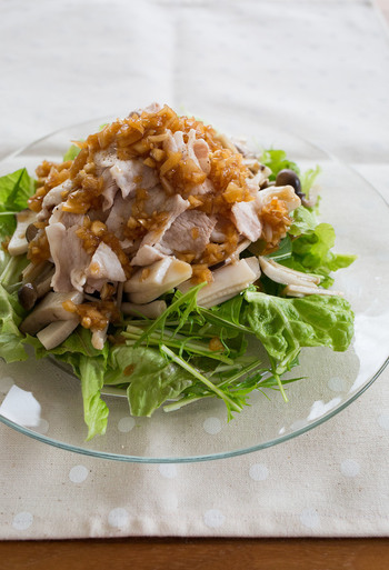 使ったお野菜はサニーレタスと水菜。そこに豚しゃぶを合わせます。炒めたキノコをトッピングしてこってり感をプラス。ボリュームが出るだけではなく、食べ応えがでてきますよ。  仕上げは黒酢をつかった玉ねぎドレッシング。甘酸っぱい味で大満足!