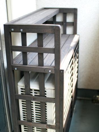 存在感アリアリの室外機は、隠しちゃいましょう。 市販の室外機カバーもあります。木製のものなら、こんなに調和するんですよ。