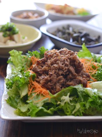 牛肉をプラスしてみました。これは結構喜ばれますよ!なのに作るのはとっても簡単。お肉は切り落としのお手頃価格のものに、お好きな焼肉のタレでジャジャーンと炒めてください。  あとはお野菜に乗せるだけ。お肉にしっかり味がついているのでOKなんです。簡単なのにゴウジャス感のある焼肉サラダ。どうぞ~☆