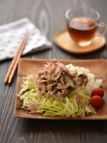 ヘルシーなしゃぶサラダを、しそと梅干しで和えたさっぱりした和風味の一品。ビタミンB1を含む豚肉に香味のシソ、すっぱい梅干しをつかえば暑い日の疲れにも効果がありそうですね。