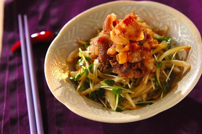 使ったお肉は豚ばら肉。片栗粉をまぶして油で揚げています。多めの油でこんがり揚げるのが美味しいサラダにするコツ。用意したドレッシングをかけ、最後にレモンを絞る。この最後のひと手間が揚げた豚肉にききます!たくさんのお野菜を楽しんで☆