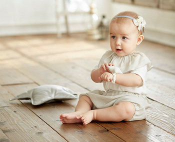 ビブ&ブルマ&がらがらのセット。クレープ織りならではのしわ感で、吸水性・速乾性に優れ、可愛いコーディネートが完成する嬉しいセットです。プレゼントにも喜ばれそうですね♪