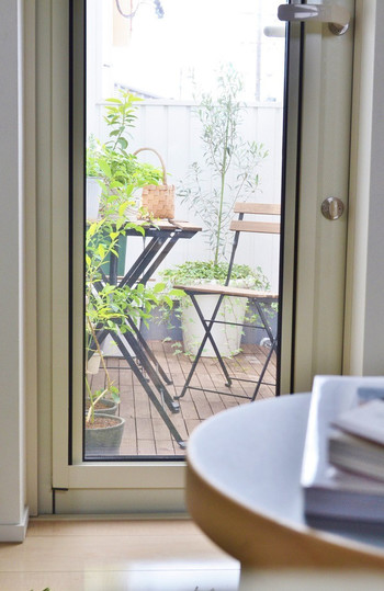まるでカフェのテラス席。こんな素敵な場所が自宅にあったら、お出かけしたくなくなっちゃいますね。