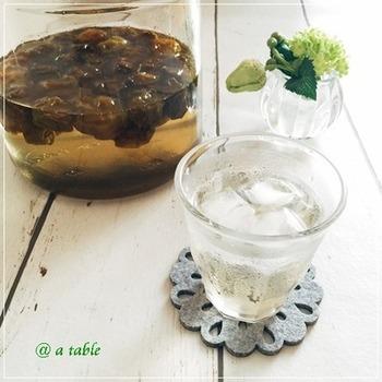 梅シロップは、お水を注いでシンプルな梅ジュースにするだけでなく、炭酸水、焼酎などで割ったり…。夏の疲れを癒す飲み物として、大活躍してくれます。