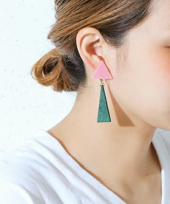 幾何学的なレトロ感が可愛い、トライアングル(三角形)のイヤリング。普段モノトーンなどファッションがシンプルな人は、耳元でカラーを取り入れてみるのもおすすめです。