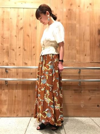 夏らしいプリントスカートの柄とイヤリングのパーツのカラーをリンクさせたコーデ。この統一感がコーディネートをワンランクアップさせてくれますよ。