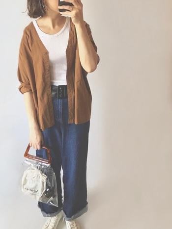 メンズライクなノーカラーシャツは、前を開けることで女性らしい雰囲気に仕上がります。少し大きめサイズをラフに羽織ると◎ 太めベルトで引き締めてメリハリを出すとぐっとおしゃれに。