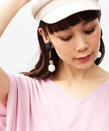 夏に欠かせない帽子スタイルにも『大ぶりイヤリング』は大活躍。帽子がいつもと同じでも、イヤリングひとつでかなり印象が変わりますよ。
