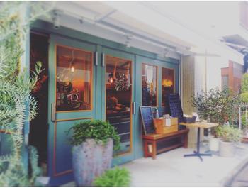 代々木上原駅から徒歩約5分の静かな通りに2016年9月に開店。ぱっと見は、お花屋さん? でも奥には飲食店が……。実は、ここはお花屋さん「TRUMP FLOWERS」が併設されているオーガニックレストランなんです。  「botanical table(ボタニカルテーブル)」という店名にも納得ですね。ちなみに店名の「Offf(オフ)」は「organic(オーガニック」「food(フード)」「flower(フラワー)」「fashion(ファッション)」の頭文字を合わせたものだとか。