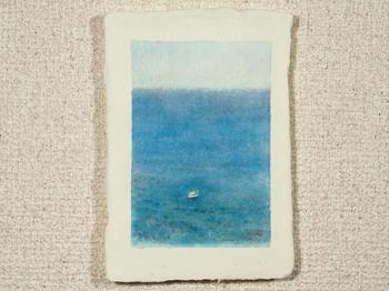 和紙の優しい雰囲気に、広がる海。受け取ったら優しい気持ちになれそうなハガキです。