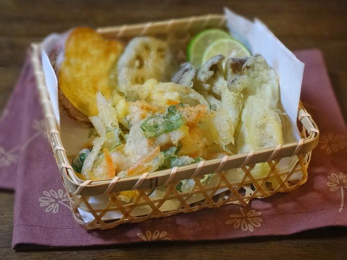 秋に旬を迎えるにんじんやさつま芋、レンコンを集めて。衣には、天ぷら粉+冷水+酢を使用。