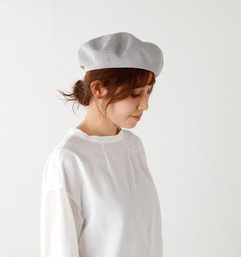 涼しげなペーパー素材のサマーベレー帽。通気性が良く、軽い被り心地で暑い夏も快適にオシャレが楽しめます。被る位置によって印象が大きく変えられるので、コーデの幅が広がりそう。