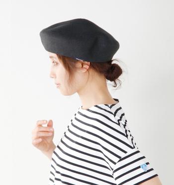 日差しの強い季節もナチュラルな質感で涼やかにかぶれるベレー帽。ころんと丸みをおびたデザインで可愛らしい印象に。