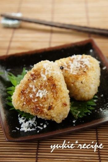 「パルミジャーノと味噌の焼きおにぎり」  パルミジャーノ×味噌で香ばしさ満点の焼きおにぎりです。味付け簡単のお手軽レシピ。
