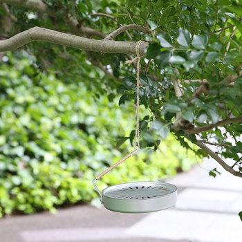 ハンドルがついているから持ち運びしやすく、アウトドア時に木につるしてもいいですね。