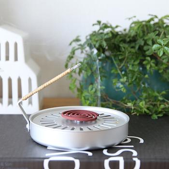 シンプルなアルミ製の蚊取り線香。お手入れもかんたんに出来、1年を通してお香やアロマも楽しめます。