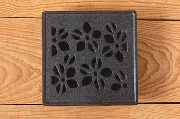どっしりと安定感のある鉄の質感が魅力。こちらは可憐な「桔梗」のデザイン。しなやかでやわらかい花びらの様子が伝わってきますね。