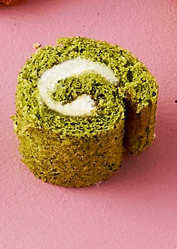 1個のカロリーはが79kcalという、ヘルシーなほうれん草のロールケーキ。ほうれん草のパウダーを使っているので、失敗しにくいのも嬉しい。ほうれん草のパウダーだけでなく、にんじんなどのパウダーを使えば、違った色合いを楽しめます。