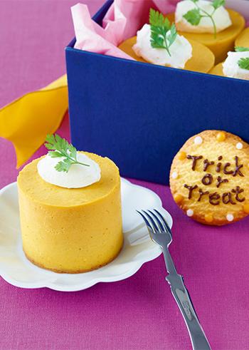 市販のクッキーやミルクキャラメルを活用することで、簡単な味付け&短時間で完成するレアチーズケーキ。おしゃれなスイーツなので、手土産としても活用できます♪