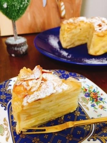 「ガトーインビジブル」は、フランス発のケーキ。薄くスライスした果物やお野菜を、見ためだけでは分からないくらいたくさん混ぜ込んで、焼き上げていきます。安納芋の甘さと、りんごならではの食感を楽しめる「りんごと安納芋のガトーインビジブル」。おしゃれなスイーツなので、来客用としても使えますね♪