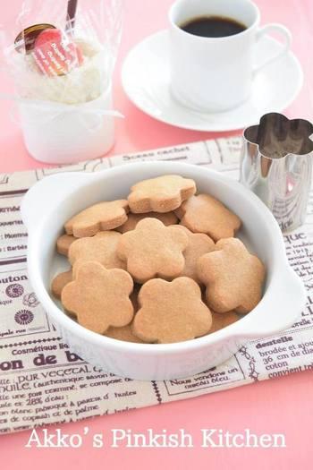 きな粉と豆乳を使用した、体に優しい健康的なクッキー。薄力粉や黒砂糖などと混ぜて、焼くだけの簡単レシピです。低温で焼き上げることで、見た目もさわやかに仕上がっています。