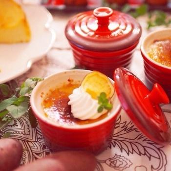 食後のデザートにもおすすめ♪オーブンがなくても、フライパンで作れる「さつまいものブリュレ」。仕上げにお砂糖をバーナーで焦がすのですが、スプーンを温めて代用できるので試してみてくださいね♪