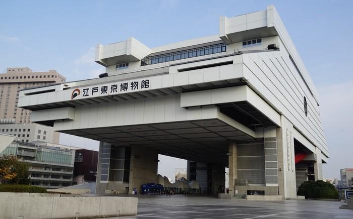 両国国技館の隣にあるのが「江戸東京博物館」。江戸時代から戦後までの東京の街の移り変わりを模型や資料などで展示しています。実物大や動く模型が多いのが特徴で、東京がどんな風に発展してきたかがよく分かります。