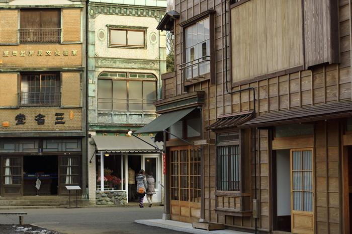 都立小金井公園内にある「江戸東京たてもの園」は、文化的価値のある江戸から昭和にかけての建造物30棟を移築し、屋外に展示している野外博物館です。1つ1つの建造物は見応え十分、タイムスリップしたような感覚にも浸れます。