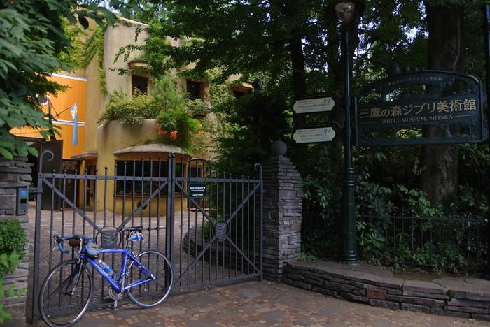 三鷹市井の頭公園内にある「三鷹の森ジブリ美術館」。スタジオジブリのアニメはもちろん、世界中の優れたアニメーションも紹介されています。室内だけでなく屋上を含む建物全体が展示物のよう。何度でも訪れたくなります。