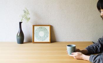 ワントーンのシルクスクリーンは、花を飾るのと同じ感覚で飾ることができます。ナチュラルなインテリアにすっとなじみますね。