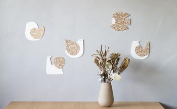 例えば、違うデザインのものをそのまま壁に幾つか貼り付けて。壁のかわいいアクセントになります。
