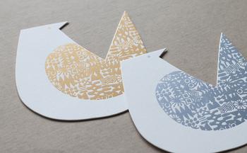 金・銀の箔押しでハンコ模様が付けられた鳥のカード。大切な人へのメッセージをつづるだけでなく、インテリアに取り入れても◎