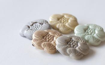 パステル調がきれいな「FLOWER TILE BROOCH」。花びらやおしべなどの繊細な模様がきれいに浮き出るように、一つひとつ丁寧に作り上げられています。