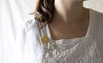 こちらは「FLOWER MINI BROOCH」。小さめなので、2個付けるのも素敵。淡い色合いでシンプルな形なので、ナチュラルな服との相性がいいですね。